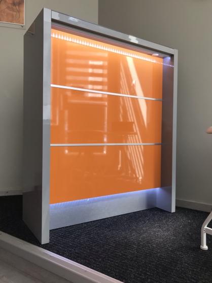 Petite banque de reception lumineuse