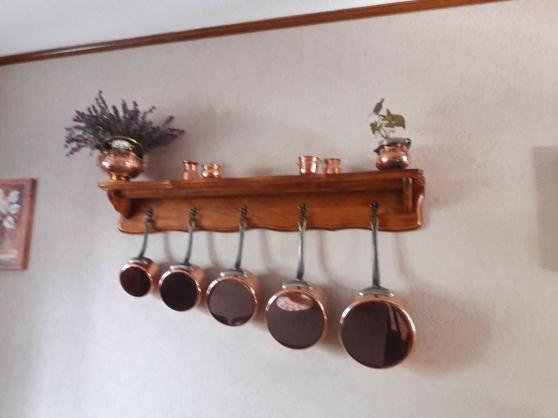 etagere avec 5 casseroles en cuivre
