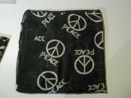 Longues écharpes noir PEACE blanc