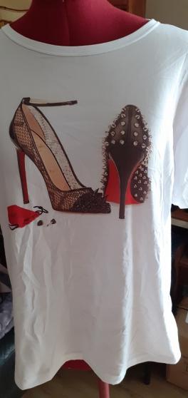 Annonce occasion, vente ou achat 'Tee-shirt femme motif chaussures à talon'