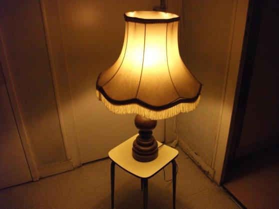 Petite Annonce : Lampe en bois + abat- jour - Vend lampe en bois d\'occasion , H: 69 cm + abat-jour neuf ( le tout