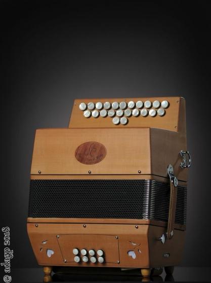 Fabricant et réparateur d'accordéons à s