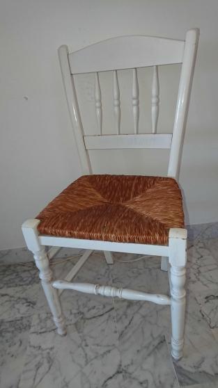 4 chaise blanches et paille