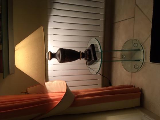 une lampe de bois avec abat-jour