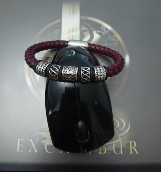 Bracelet Viking en cuir rouge. - Photo 1