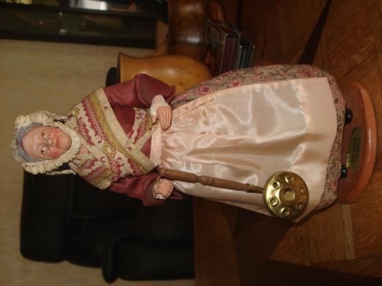 Petite Annonce : Santon lise berger - Rare et beau modèle de santon Lise Berger. Hauteur 31 cm, socle