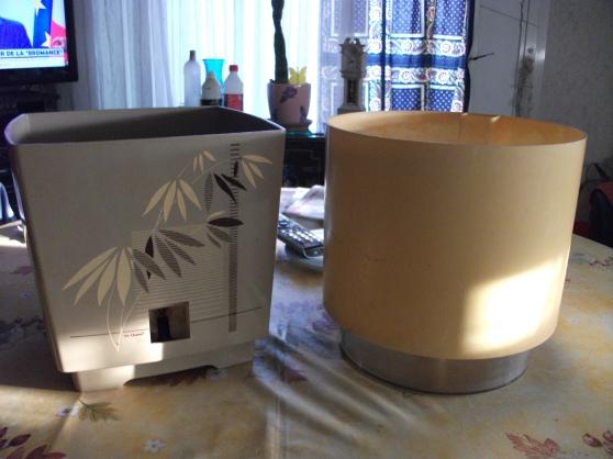 Petite Annonce : Lot   2 pots de fleurs à réservoir d\'eau - Vend 1 pot carré avec réservoir d\'eau  de 25 cm x 25 cm et  une