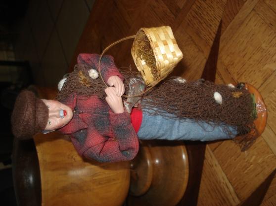 Petite Annonce : Le pêcheur - Santon de 27 cm sur socle, signé Isis. Pêcheur portant un panier &