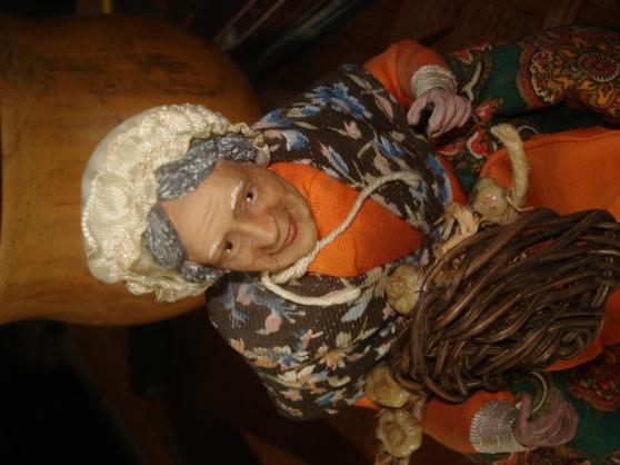 Petite Annonce : La femme aux aulx - Santon 27 cm, signé Veyriez. Particularité du santon : pas de socle,