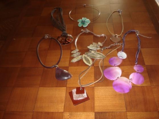 Petite Annonce : Bijoux fantaisie - Pour égayer un tour de cou en été, lot de 7 pendentifs.
