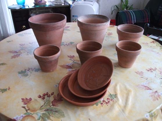 Petite Annonce : Lot de 6 pots de fleurs + 3 soucoupes - Vend lot de 6 pots de fleurs + 3 soucoupes ( 3 euros le tout )  Où