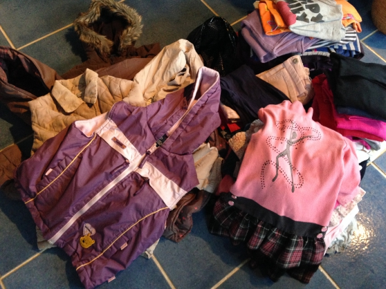 Petite Annonce : Vends lot vetements fille taille 4 ans - Ce lot comprend 3 manteaux 2 vestes mi saison, 1 doudoune sans
