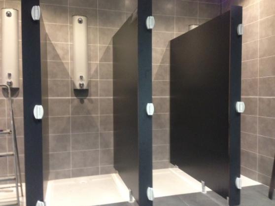 Vestiaires et parois douches cabines - Photo 2