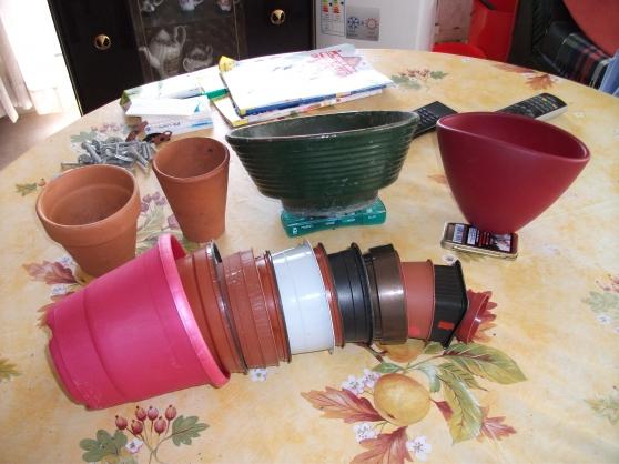 Petite Annonce : 4 pots de fleurs terre cuite+3 plastique - Vend lot de 4 pots de fleurs en terre cuite + 3 pots plastiques  4