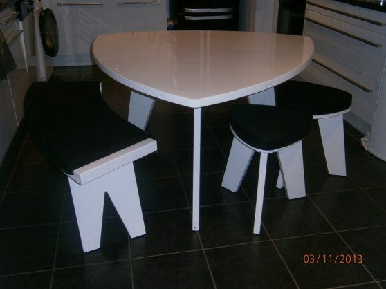 Table triangulaire 2bancs 2tabourets plan de cuques for Table a manger triangulaire