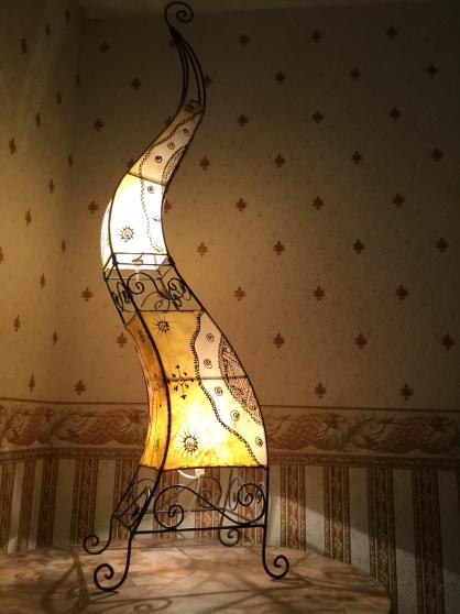 Lampes en fer forgé et peau teinté
