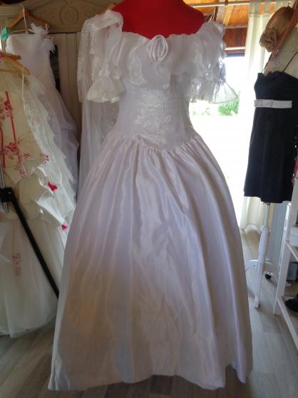 robe de mariée, voile, gants, ombrelle.