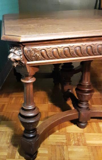 Table moulures lions