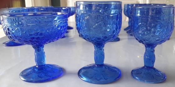 Annonce occasion, vente ou achat '24 verres bleus à motifs incrustés'