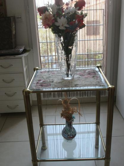 Table carrée en verre doré laiton