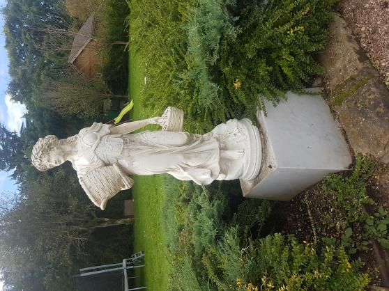 statue en pierre sur socle en marbre - Annonce gratuite marche.fr