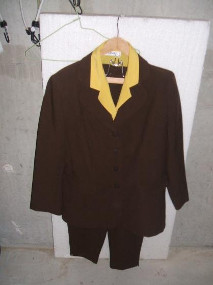 Petite Annonce : Ensemble - Un ensemble femme taille 46 veste + pantalon+chemisier comme neuf