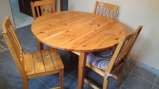 Petite Annonce : Table ronde à rallonges et chaises - Ensemble table en pin avec rallonges et quatre chaises IKEA. Table