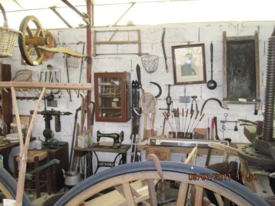 VIDE musée de l'outillage, vieux meubles