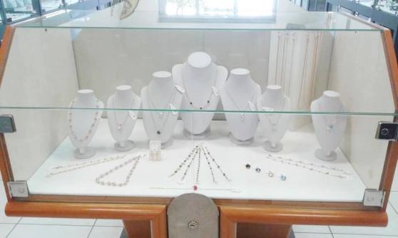 Petite Annonce : Vitrine bijouterie en lot ou à l'unité - A vendre en vue d\'un réaménagement boutique 5 petites vitrines 49.5
