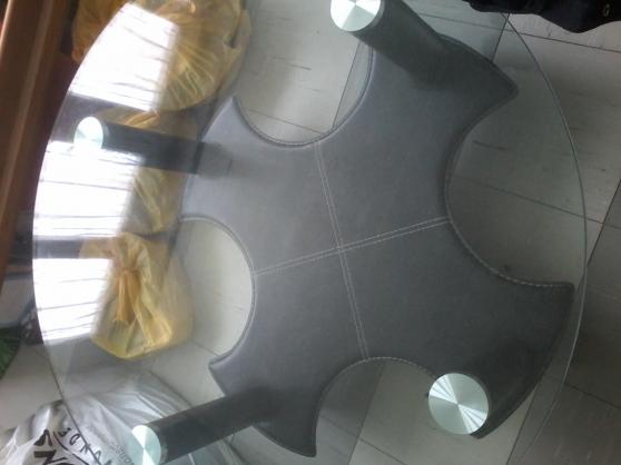 Table de salon en verre et cuir