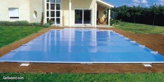 Pose de couverture de bâche de piscine