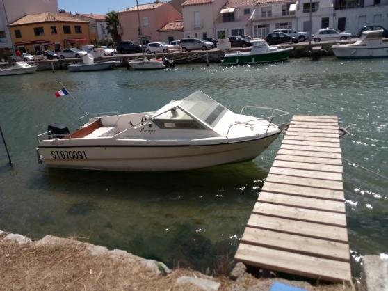 bateau de plaisance avec cabine