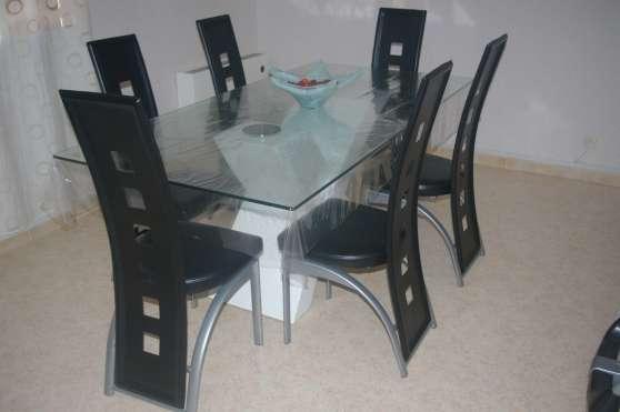 Petite Annonce : Table salle à manger - Vends Table salle à manger design ,plateau en verre: 100*200 aucune