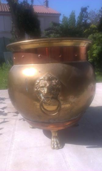 pot en cuivre avec tête de lion