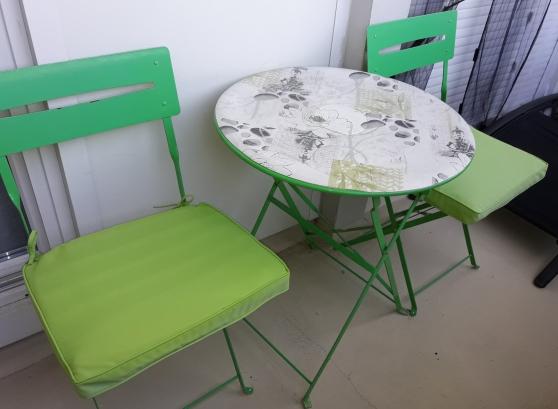 TABLE RONDE ET 2 CHAISES