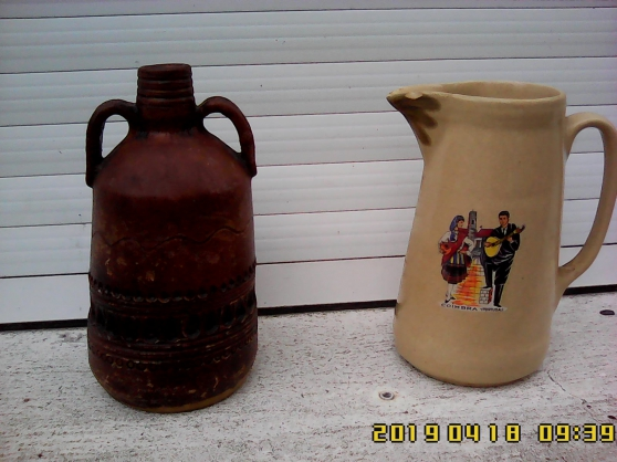 Petite Annonce : 2 carafes : une roumaine, l\'autre portug - Carafe en argile, artisanat roumain. Hauteur 20 cm. Conserve