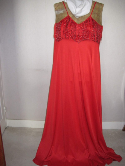 Annonce occasion, vente ou achat 'Robe longue rouge'