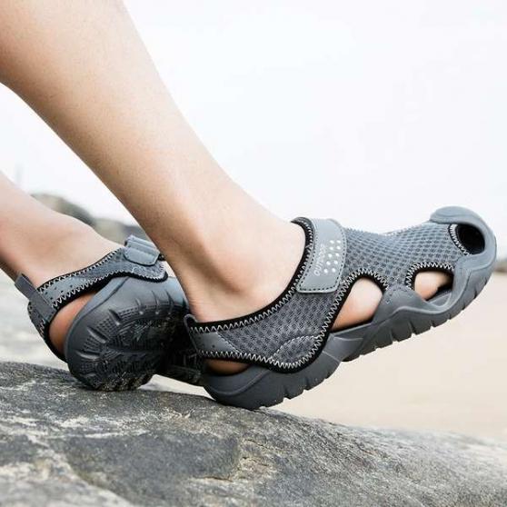 Une paire de sandales d'eau