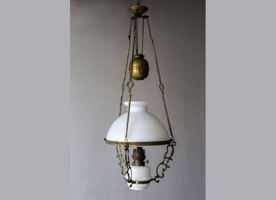 Suspension ancienne, lampe à pétrole