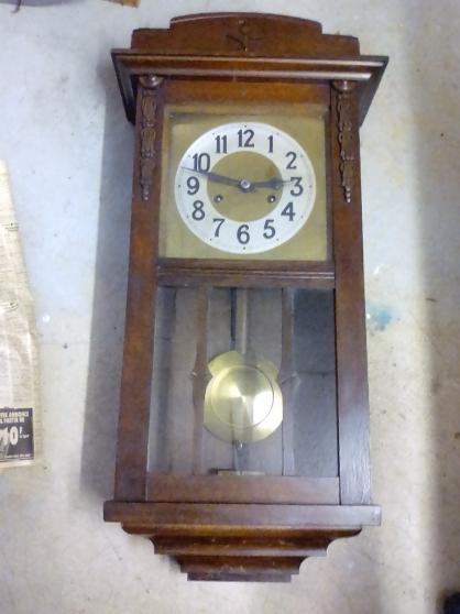 Petite Annonce : Horloge pendule ancienne murale en bois - Remontoir mouvements et balancier mécanique A remonter avec une