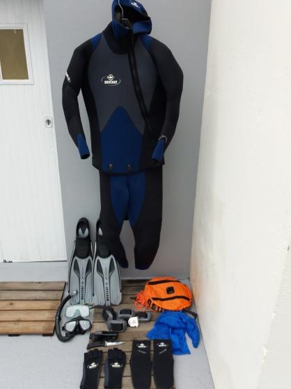 Petite Annonce : Combinaison plongée+ accessoires beuchat - Ensemble de plongée  BEUCHAT,  très bon état, très peu servi