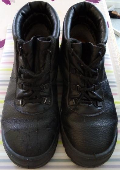 Une paire de chaussures de sécurité et +