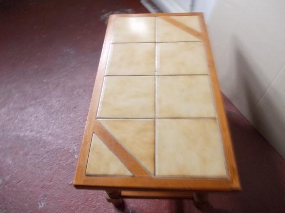 table basse avec carreaux sur le dessus