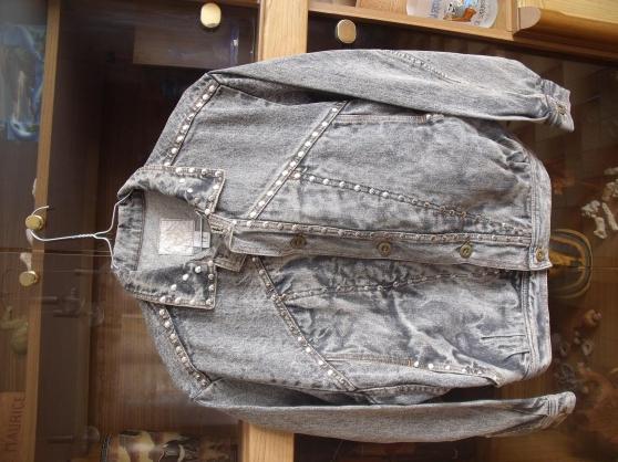 Annonce occasion, vente ou achat 'Blouson garçon gris avec rivets'