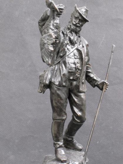 Chasseur et sa prise.Sculpture bronze.