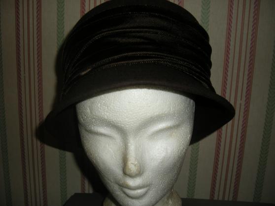 Petite Annonce : Divers chapeaux - Description : PEAU MARRON TAILLE 56 ENVIRON (e werle