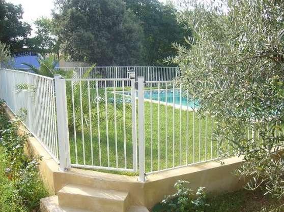 Barri re de piscine homologu e portillon uz s jardin for Construction piscine uzes