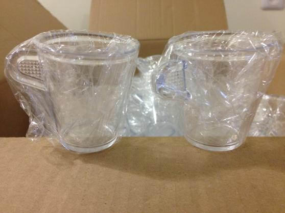 lot de tasses en matière plastique