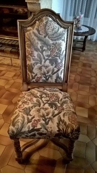 8 chaises en noyer massif et tapisseries