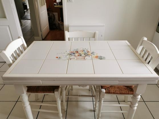 TABLE DE CUISINE + 3 CHAISES